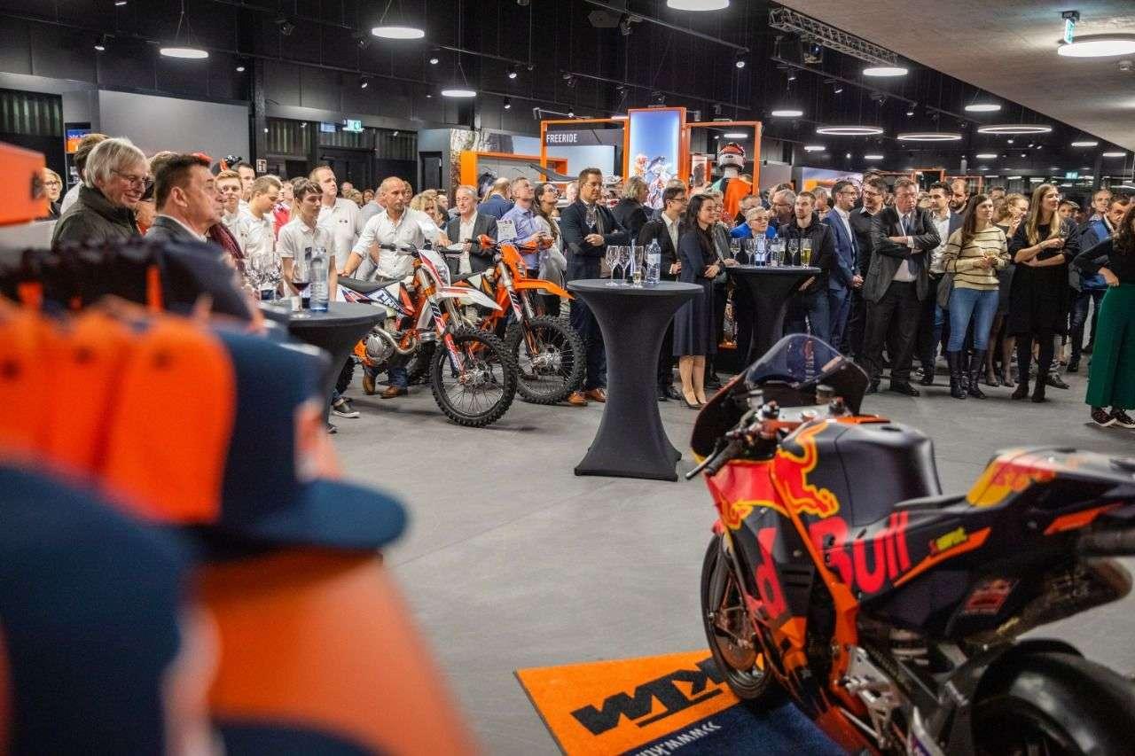 Bikes und Prominente beim Braumandl. Zur Eröffnung kam die KTM-Kavallerie.