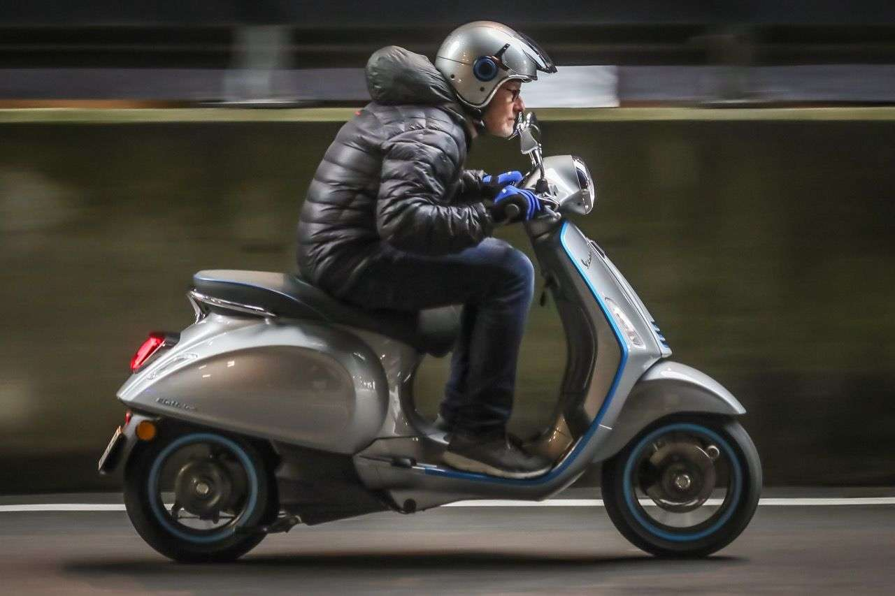 Die Vespa Elettrica zieht dank 200 Newtonmeter erstaunlich forsch für ein Moped, ab 30 km/h geht's dann etwas gemächlicher weiter.