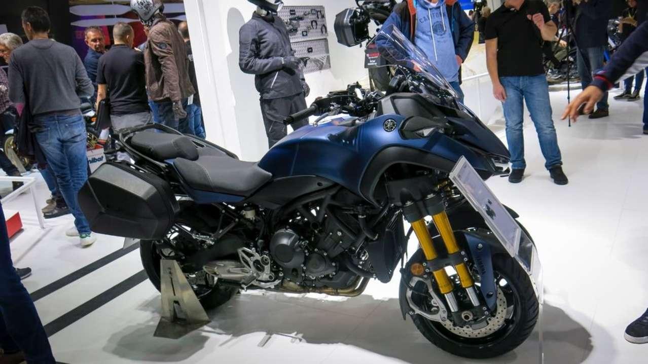 Viel schneller – nämlich schon im Jänner 2019 – soll es die Yamaha Niken GT in die Schauräume schaffen. Der Dreiradler besitzt u.a. eine höhere Scheibe, einen komfortableren Sattel und semi-harte Seitenkoffer.
