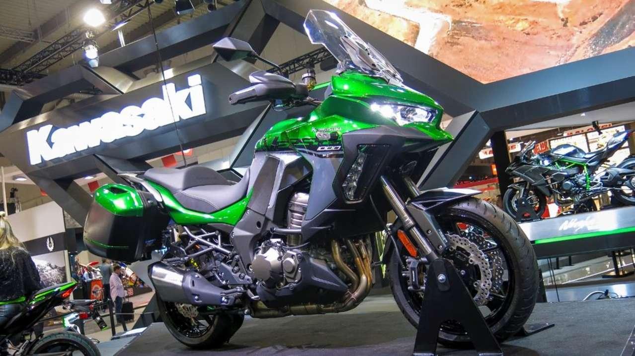 Einen gewaltigen Schritt nach vorne macht auch die Kawasaki Versys 1000. Sie bekommt Kurven-ABS, Fraktionskontrolle und in der neuen SE-Version auch ein elektronisches Fahrwerk, ein TFT-Display, Smartphone-Connectivity und vieles mehr. Die Leistung des Vierzylinders bleibt aber bei 120 PS.