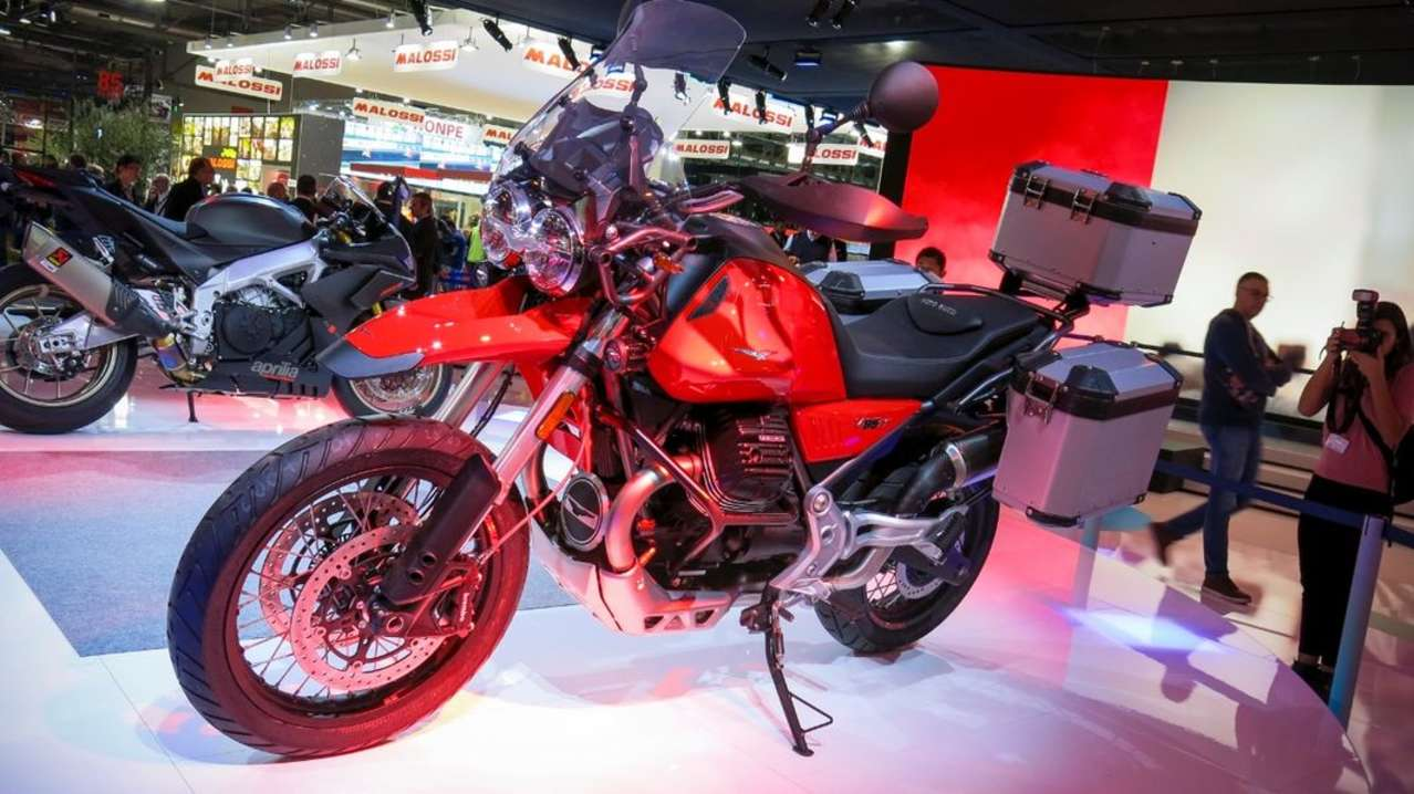 Heimspiel für Moto Guzzi: Hier fokussiert man sich ganz auf die V85 TT, die ebenfalls ab März ausgeliefert werden soll. Hier zeigt man das luftgekühlte 80-PS-Bike im vollen Reise-Ornat.