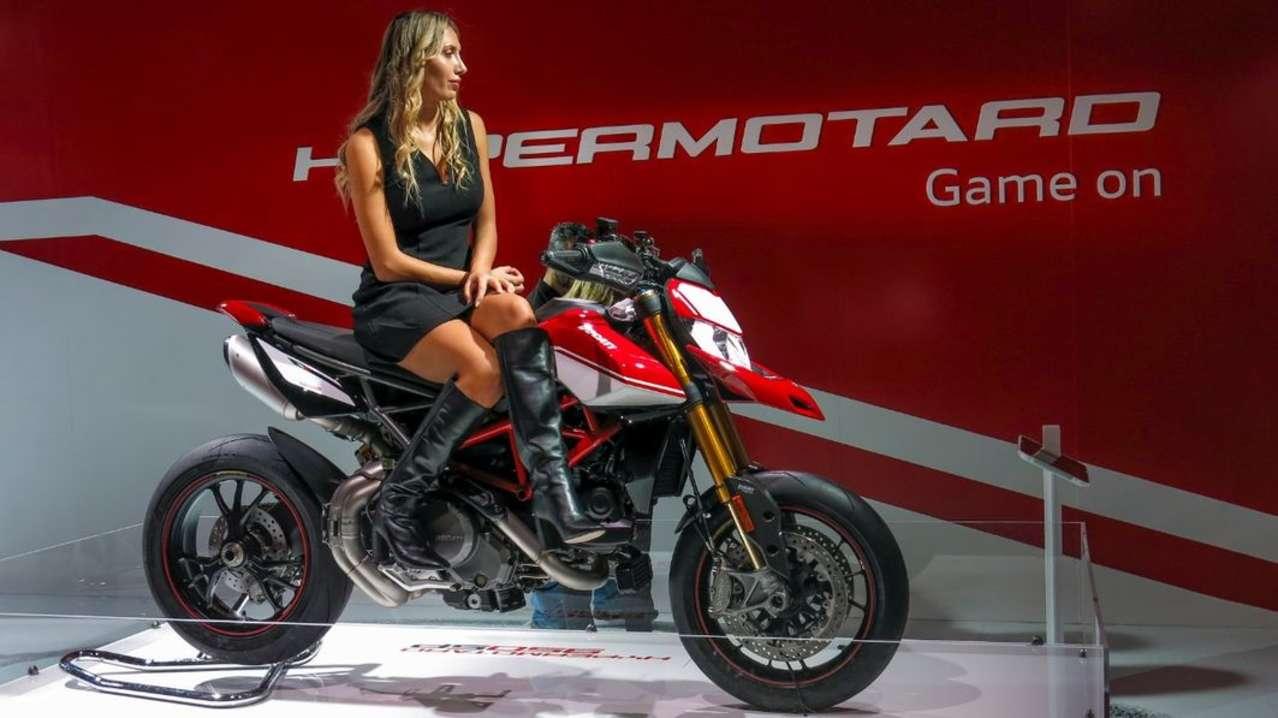 Auch die Ducati Hypermotard wird überarbeitet und darf sich jetzt Hypermotard 950 nennen. Es gibt ein bissl mehr Power (114 PS), dazu viel Elektronik. Weiterhin als Basisversion und SP zu haben.