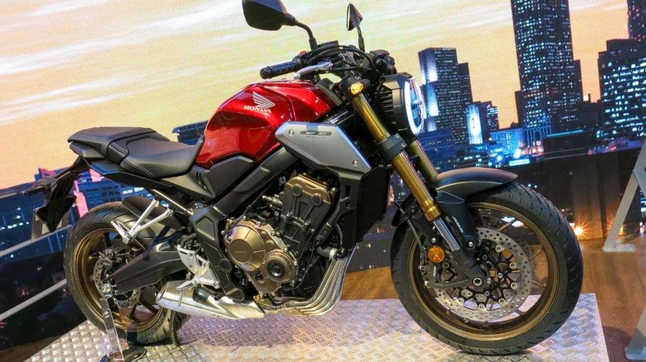 Der weltgrößte Motorrad-Hersteller Honda widmet sich heuer seinen Mittelklasse-Modellen. Auffälligste News ist die Honda CB650R im hauseigenen Neo Sports Café Design. Gegenüber der CB650F, die hiermit abgelöst wird, bekommt das neue Vierzylinderbike mehr Power (95 PS), Voll-LED-Beleuchtung und eine Fraktionskontrolle. Sehr erfreulich: der Preis bleibt mit 8590 Euro (Österreich) unverändert.