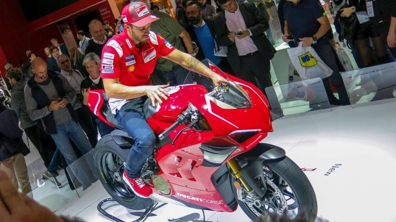 Wechseln wir zu Ducati. Dort stand natürlich die V4 R im Rampenlicht. Das Homologationsmodell für die Superbike-WM leistet 221 PS. Der nicht sehr gut gelaunte Herr im Sattel heißt Dovizioso und war sichtlich genervt, dass er hier antanzen musste. Nicht sehr nett, nicht sehr professionell.