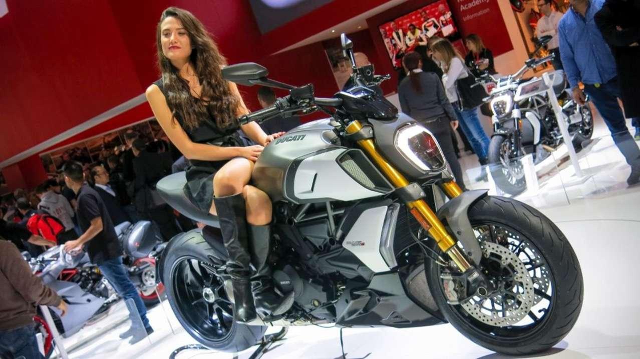 Zweite Generation der Ducati Diavel. Sie übernimmt nicht nur den 1260 DVT-Testastretta (jetzt mit 159 PS), sondern auch den Rahmen und andere Details von der xDiavel. Geil: der neue, kurze Auspuff für den freien Blick auf das 240er-Walzerl am Heck.