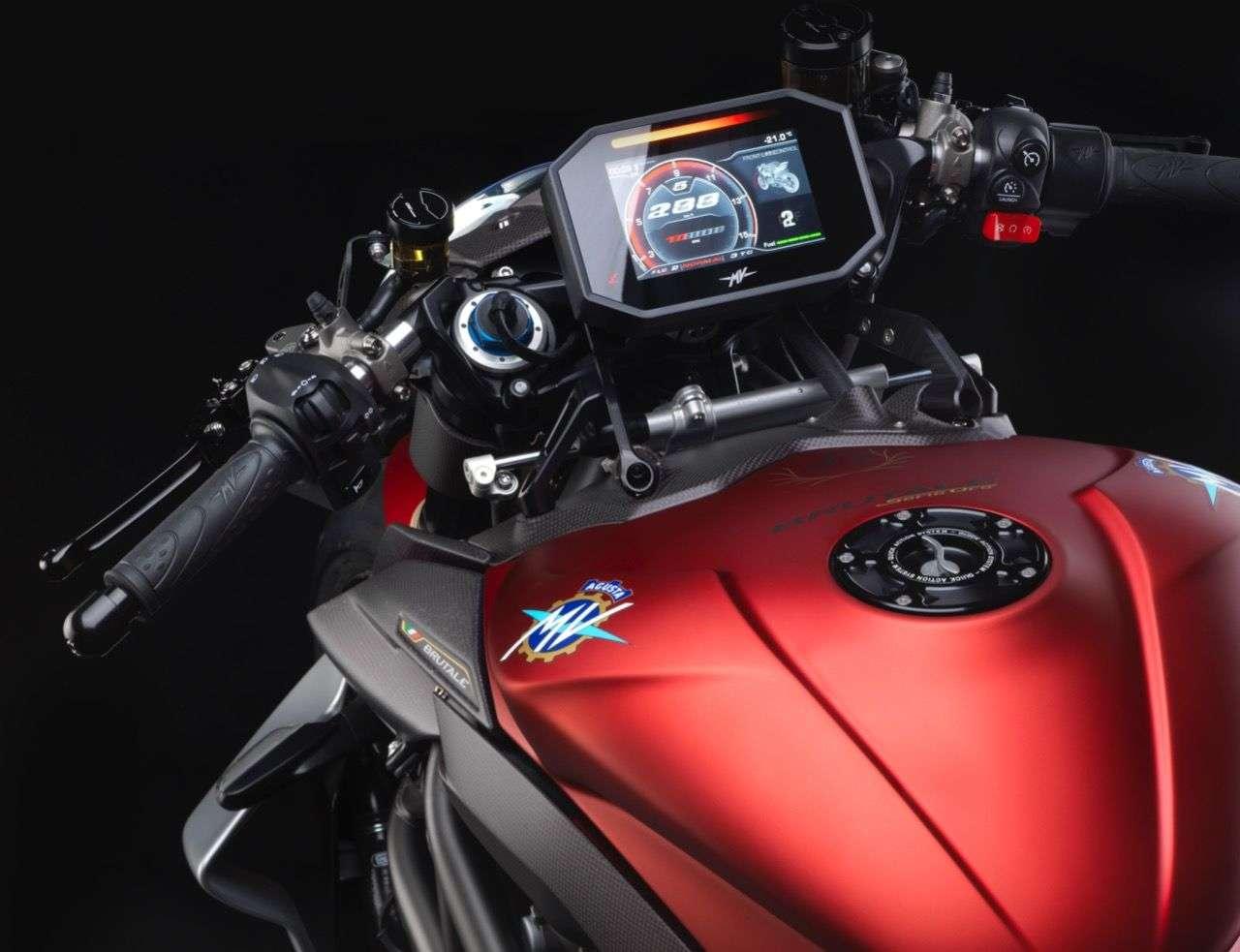 Normalerweise taugen uns TFT-Bildschirme, bei der MV Agusta Brutale 1000 Serie Oro sind wir uns da nicht so sicher ... die Oberfläche sieht aber sehr fein aus. Das Naget Bike ist übrigens keineswegs ein Single Seater: Statt der Carbon-Abdeckung (rechts, wird mitgeliefert), kann man einen Sattel für mutige Beifahrer montieren.