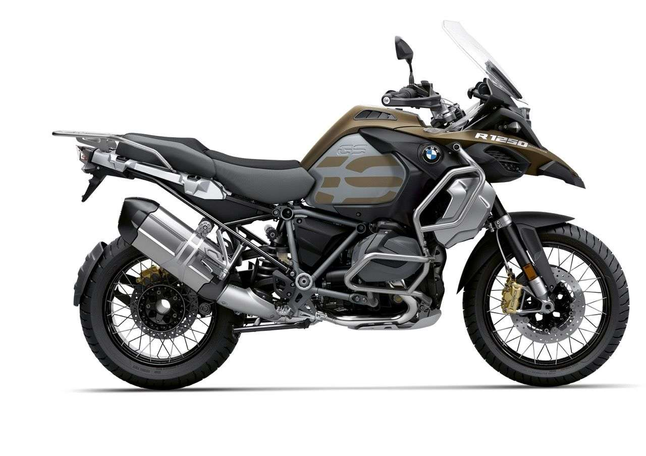 Die neue BMW R 1250 GS Adventure im Style Exclusive: die Hauptfarbe heißt Kalamata Metallic Matt, dazu gibt's schwarze Räder, einen schwarzen Lenker und goldene Bremssättel.