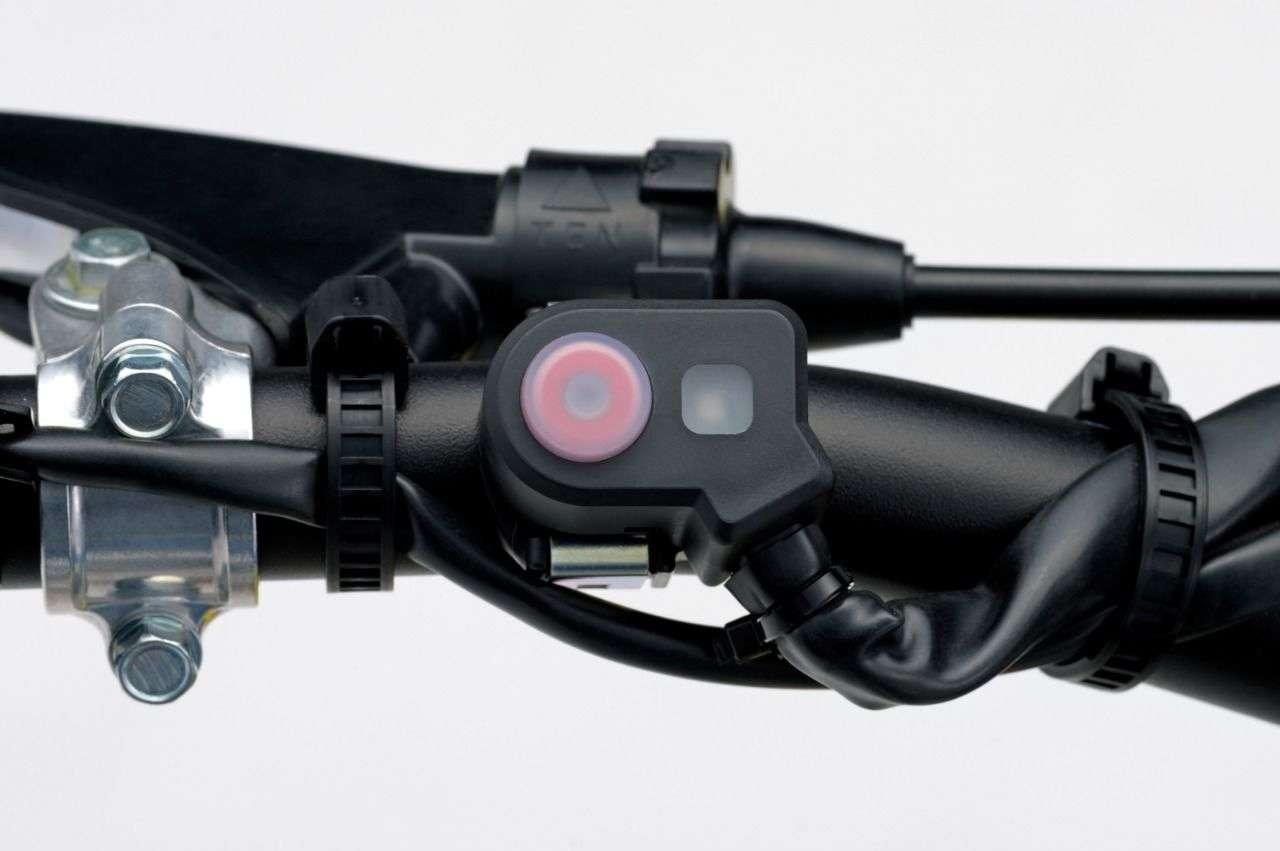 Der rote Knopf aktiviert die Holeshot Assist. Das Licht daneben zeigt an, ob sie aktiv ist und in welchem Modus.
