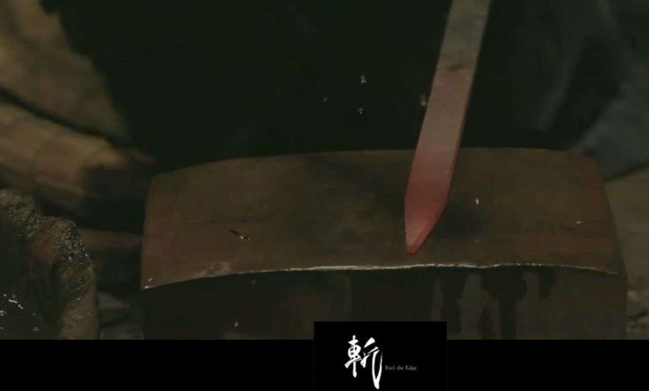 """Szenen vom Schwertschmieden und der Spruch """"Feel the Edge"""" deuten stark auf die neue Katana hin."""