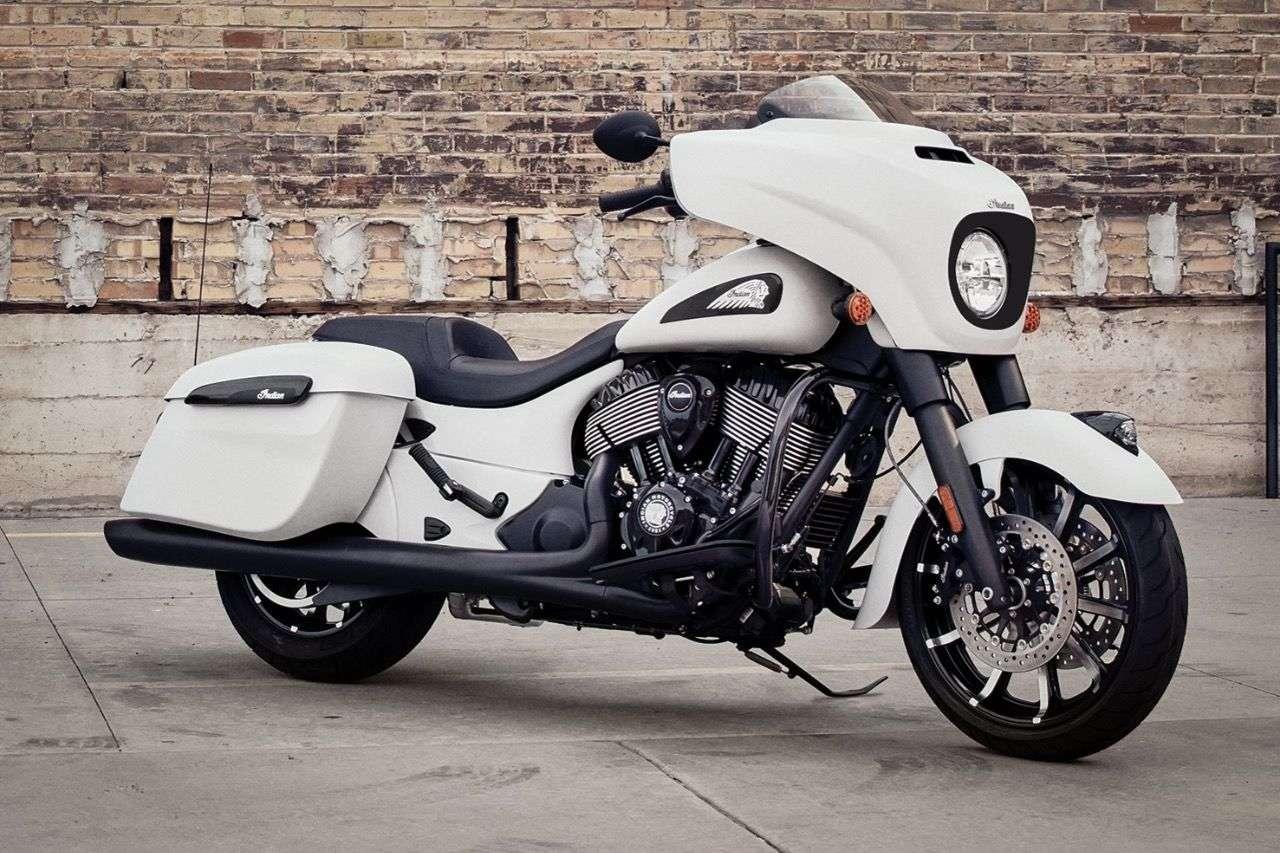 Indian Chieftain Dark Horse 2019: Nochmals cooler und finsterer. Das Modell kommt in drei neuen matten Lackierungen: Weiß, Bronze und Schwarz. Der Antrieb und viele andere Komponenten sind – dem Modellnamen entsprechend – dunkel.