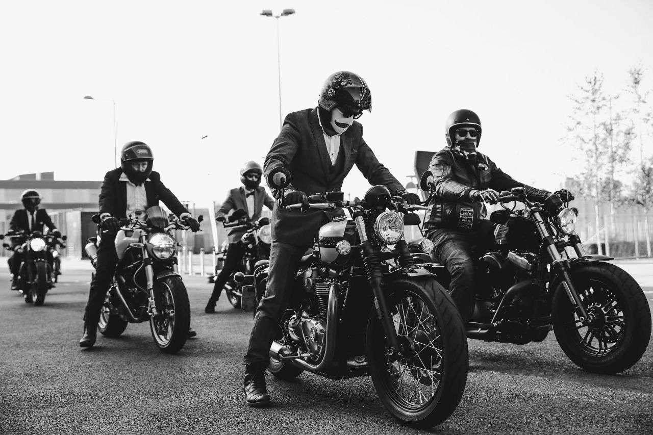 Man muss nicht in schwarz-weiss erscheinen, aber gut gekleidet auf einem klassischen Bike.