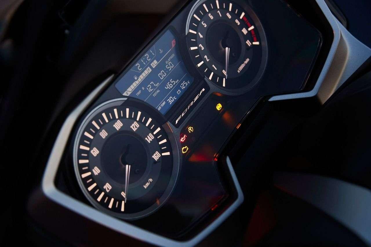 Beide Modellvarianten glänzen mit hochwertigen Details wie den nochmals verbesserten Instrumenten...