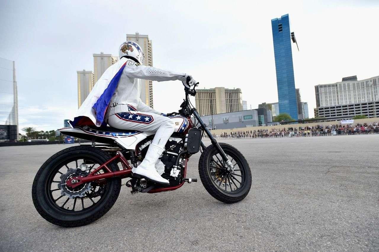 Die Aufmachung sieht aus wie Knievels Kostüm vor 50 Jahren, doch das Motorrad ist neu: Indian Scout FTR750.