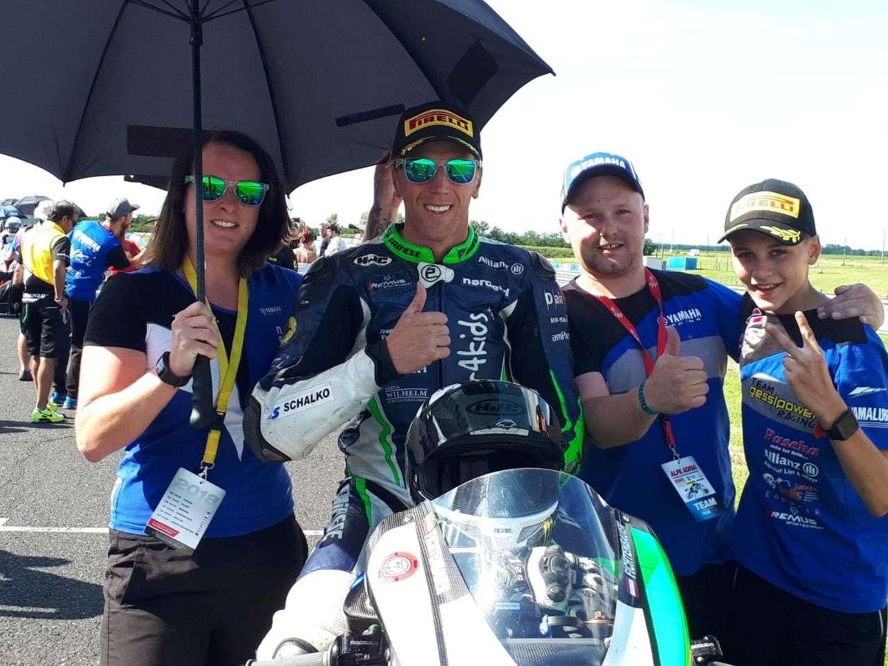"""Mit einem starken Team und einem großen Herz startet der """"Racer4Kids"""" in der dritten Saison in der Superbike-Klasse."""