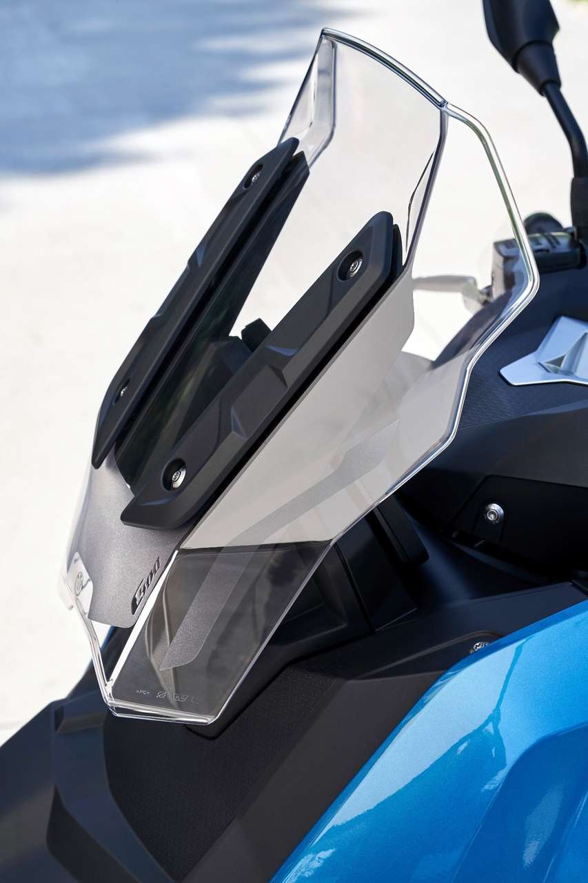 Der serienmäßige Windschild des BMW C 400 X ermöglicht Jethelmfahren bis rund 100 km/h, darüber empfiehlt sich ein Helmvisier – oder ...