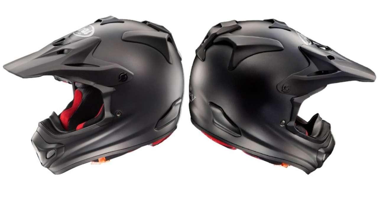 Arai MX-V Frost Black: Ein Helm, der kein Dekor braucht, um gut auszusehen. Der mattschwarze Lack und die roten Wangenpolster erinnern an einen teuren Sportwagen.