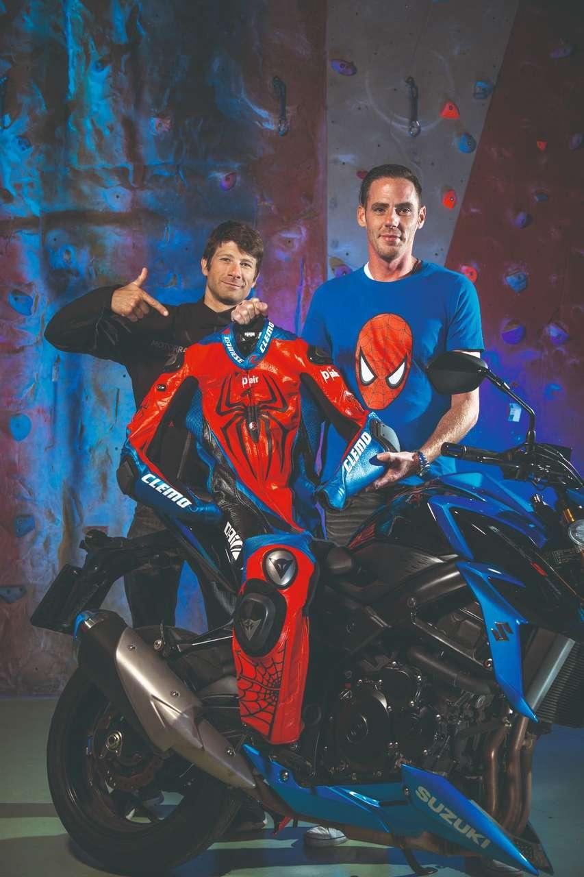 MM-Tester Clemo und Christian Spiesz (r.) von Dainese Austria haben die Spiderman-Idee real werden lassen.
