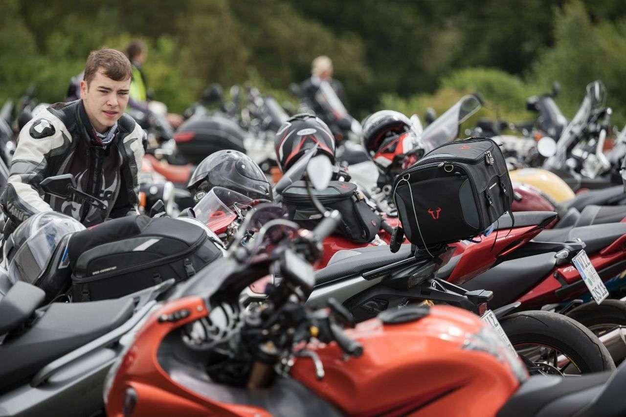 Man kommt mit Motorrad - und SW-Motech Gepäck.