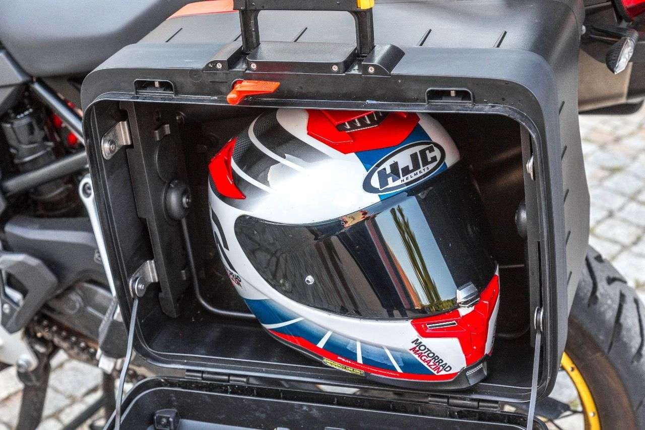Der ausgefahrene, linke Variokoffer der BMW F 850 GS schluckt Helme mit Leichtigkeit.