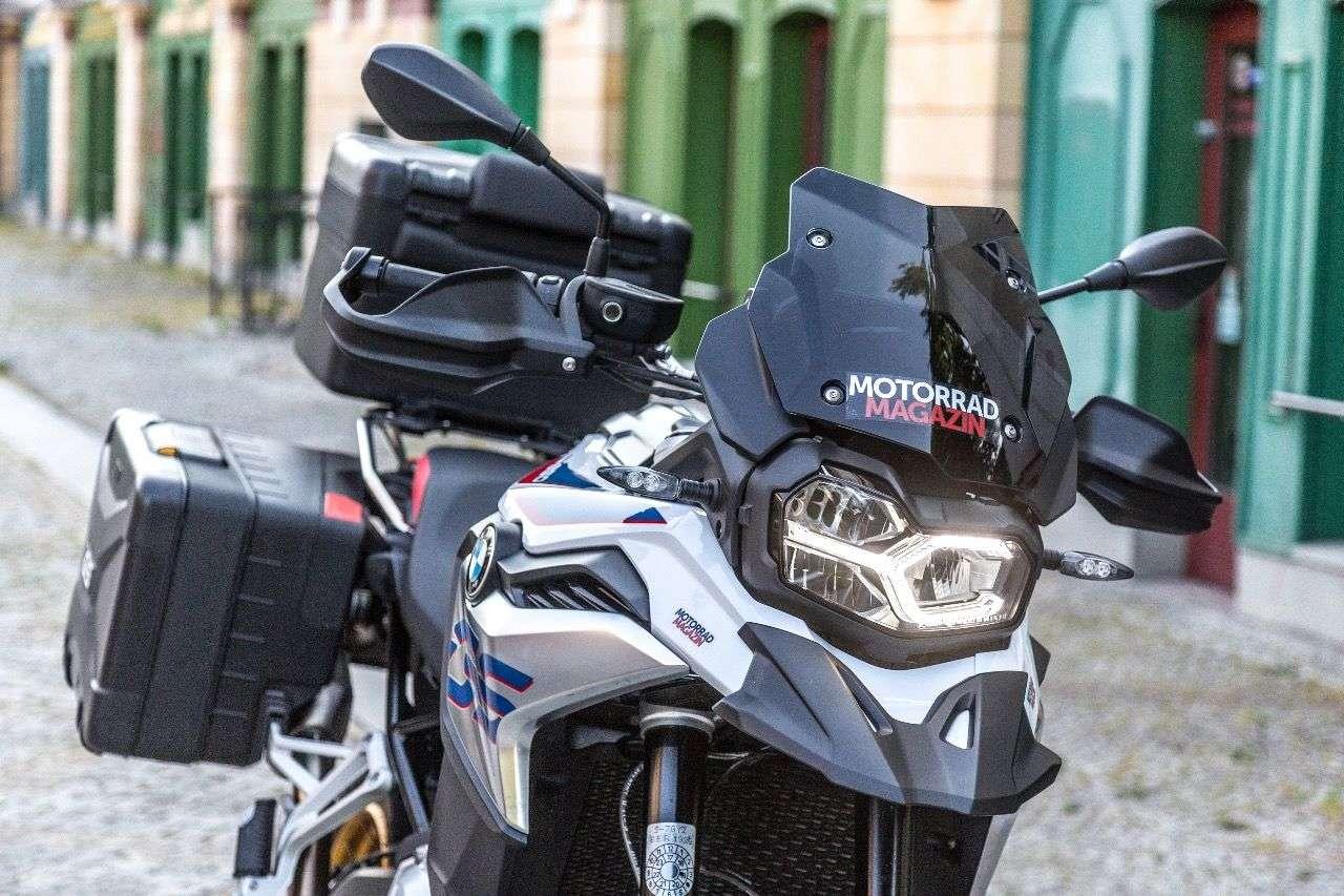Flott und sportlich: Der dunkel getönte Windschild steht der BMW F 850 GS ausgezeichnet. Der Windschutz bleibt bescheiden.