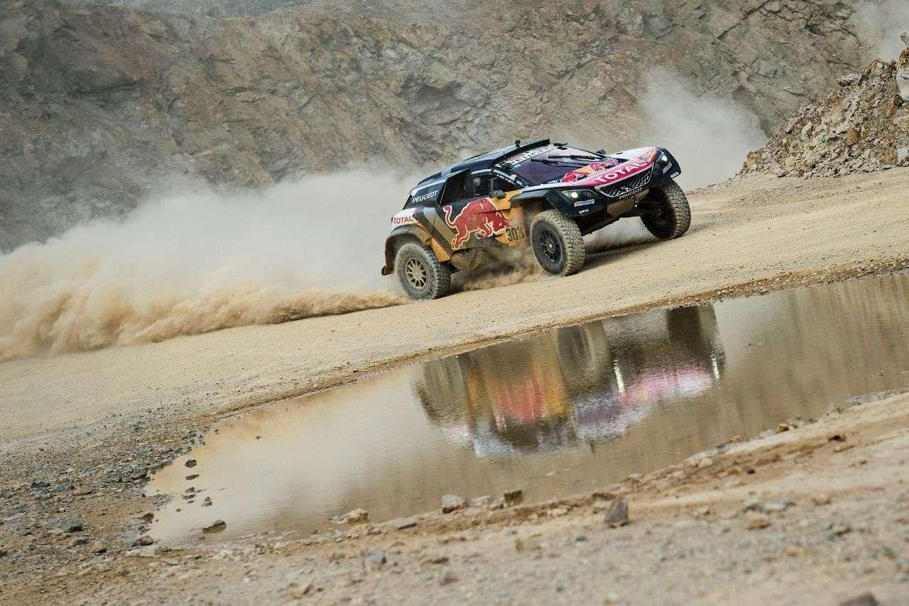 Auch Stephane Peterhansel attackierte mit seinem Dakar-Buggy im Duell mit Matthias Walkner den Eisenberg.