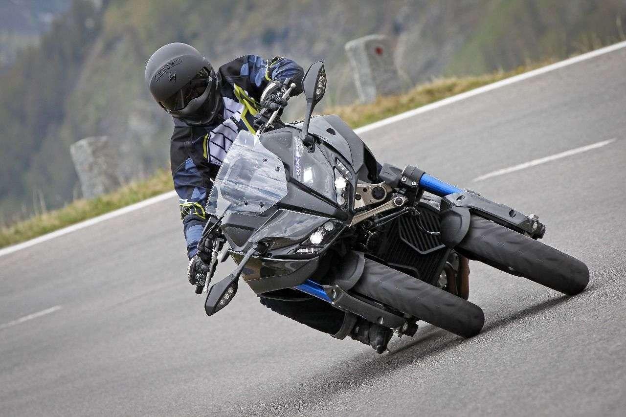 Um Missverständnisse auszuschließen: die Niken kann genauso umfallen wie ein einspuriges Motorrad. Sperr-Mechanismus wie beim Piaggio-Roller MP3 gibt es hier nicht! Außerdem darf die Niken ausschließlich mit A-Führerschein gefahren werden - keine Chance für Autofahrer.