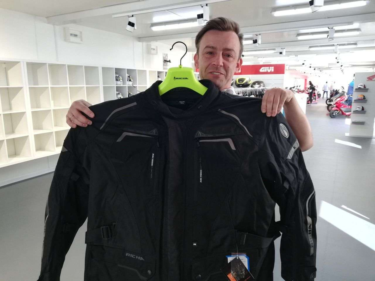 Mario Gretzel von Importeur Xajo stellte die Bekleidungskollektion der Marke Richa vor, die - wie im Bild - sogar Jacken in 14XL herstellt.