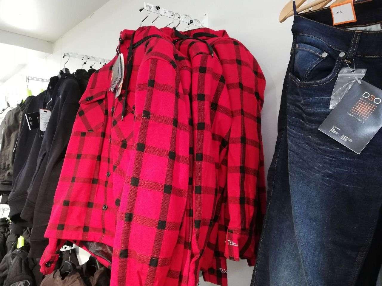Neben Lederjacken und Textilkombis fertigt Richa auch Motorradjeans, Holzfällerhemden und Sweatshirts mit D3O-Protektoren.