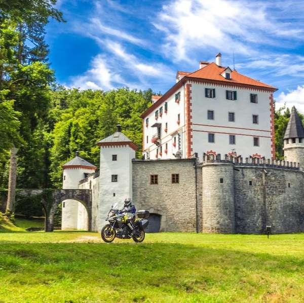 Lohnenswerter Abstecher am Rückweg: das Schloss Sneznik (Schneeberg) in Kozarisce.