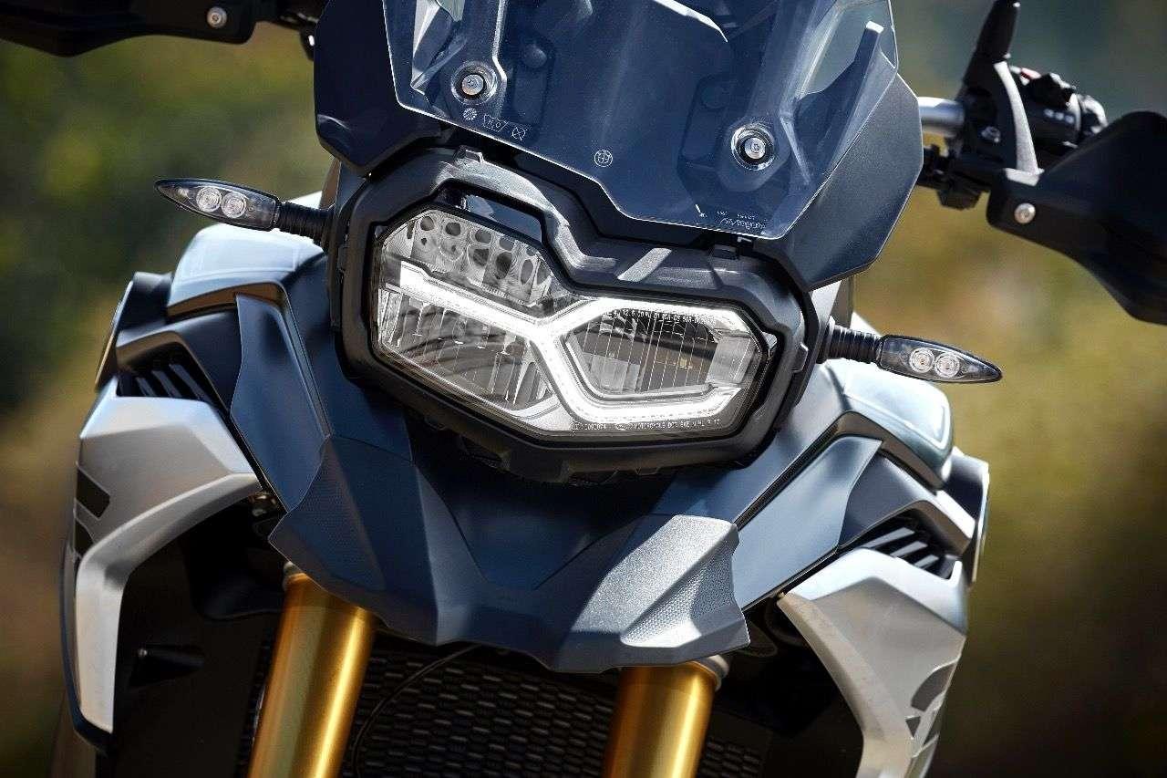 LED-Scheinwerfer sind serienmäßig, das Y-förmige LED-Tagfahrlicht kostet bei der F 850 GS extra.