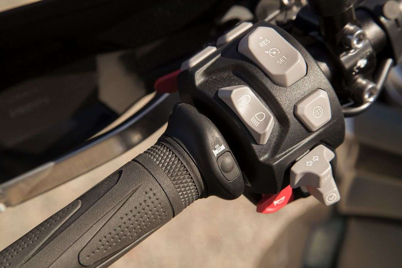 Intuitive Schaltereinheit mit Daumen-Joystick wie bei Tiger 1200