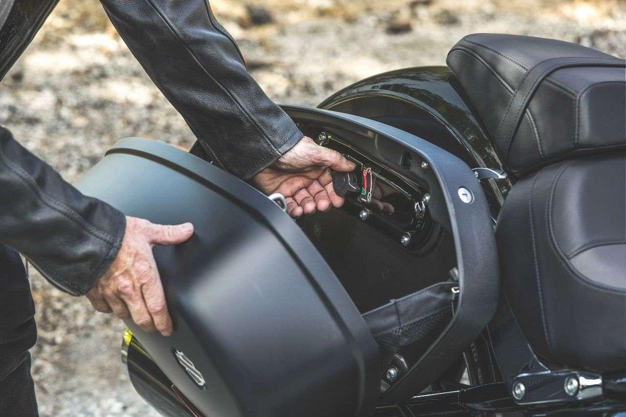 Harley Sport Glide: Öffnen der Koffer mit Einhand-Hebel (l.), ein Riegel im Inneren ermöglich das Demontieren des gesamten Koffers.