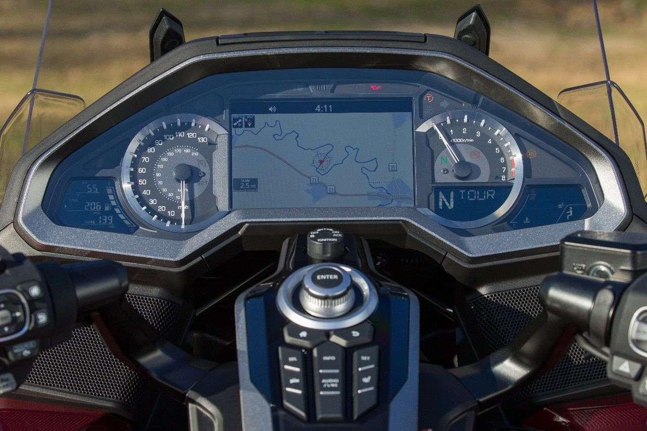 Perfekt ablesbar, hübsch gemacht: Das Cockpit der neuen Honda Gold Wing mit dominantem 7-Zoll-TFT-Display.