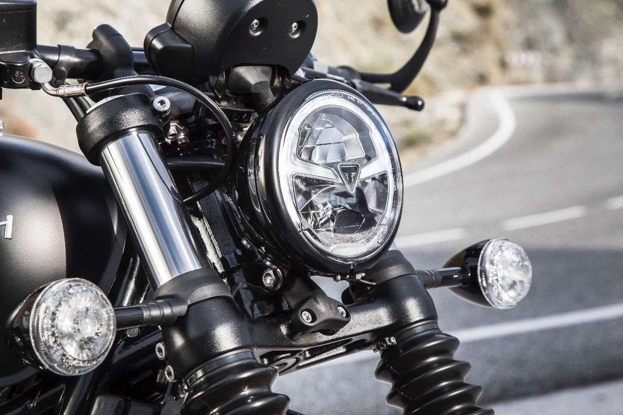 Serienmäßig an der Bobber Black: der fünf Zoll große Voll-LED-Scheinwerfer, ...