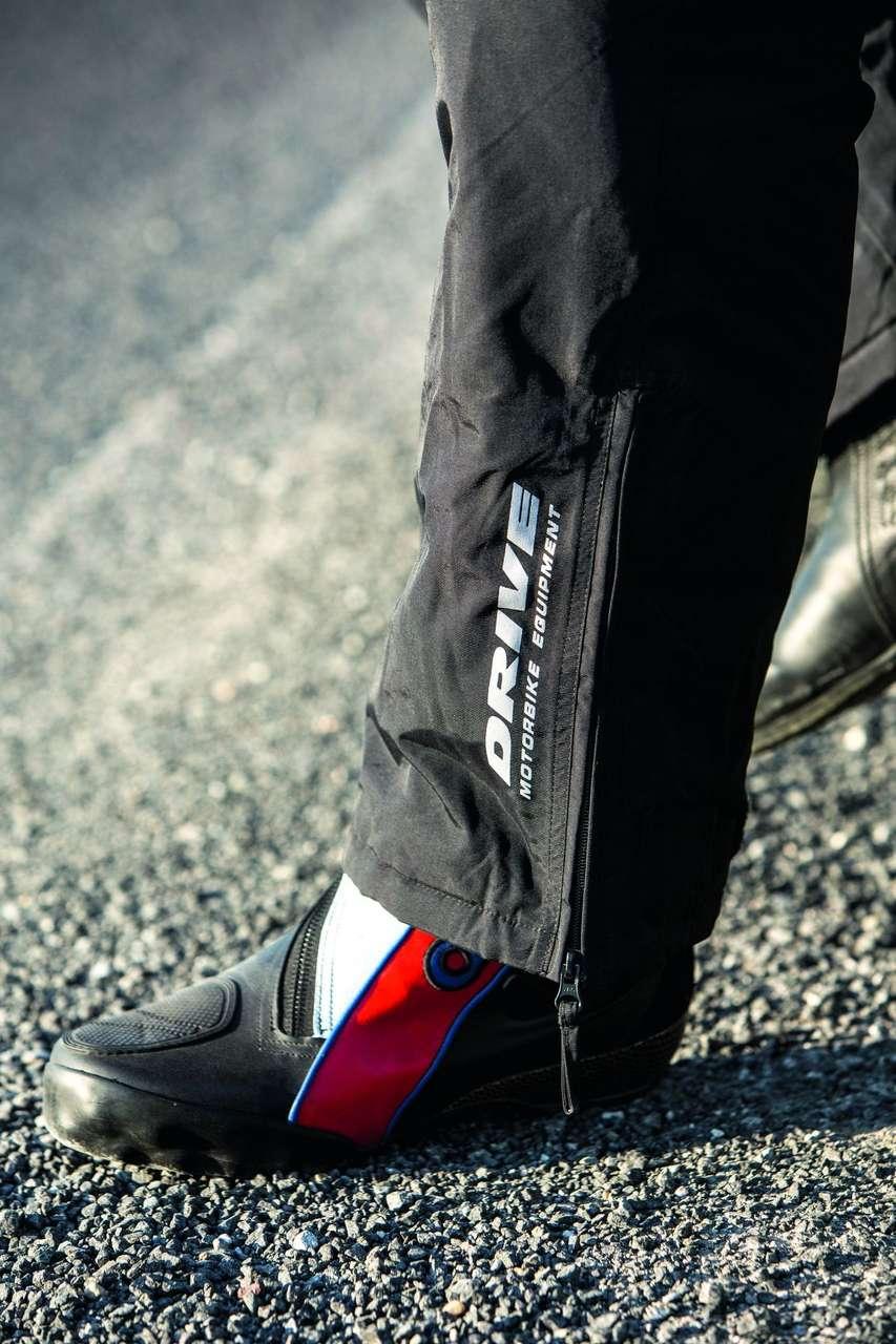 Der Reißverschluss am Bein erleichtert den Einstieg mit Stiefeln