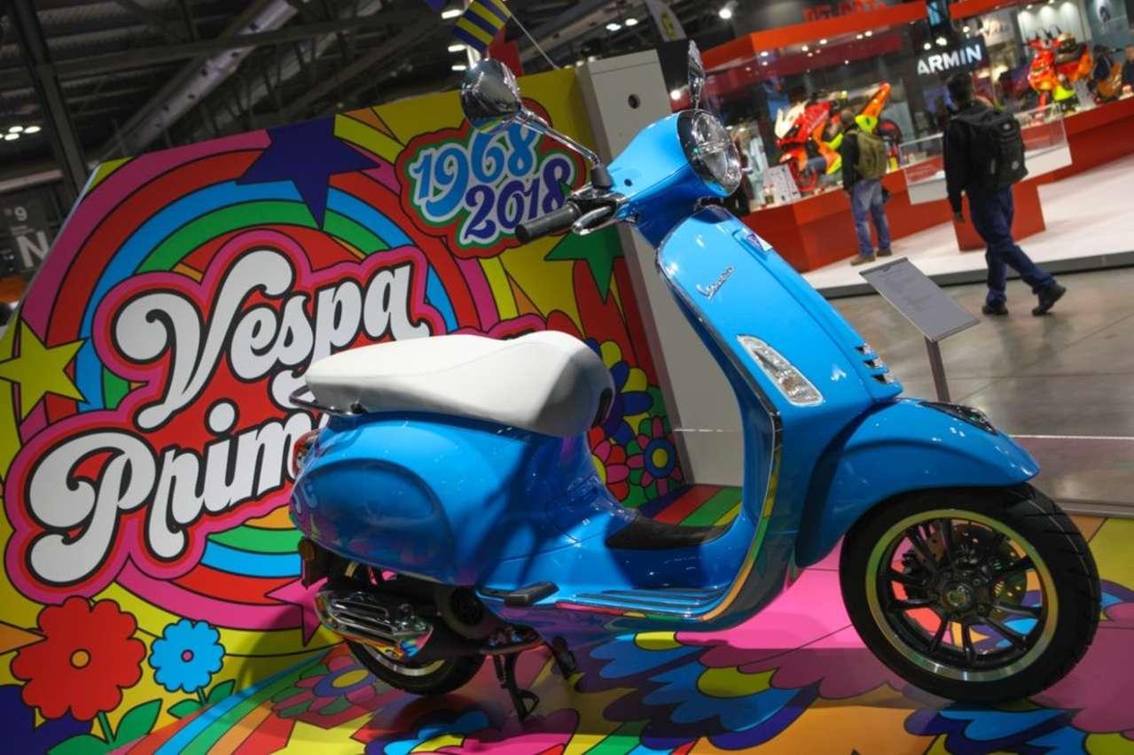 Vespa Sprint/Primavera erhalten größere 12-Zoll-Räder, obendrein kommen lustige Jubiläums-Sondermodelle.
