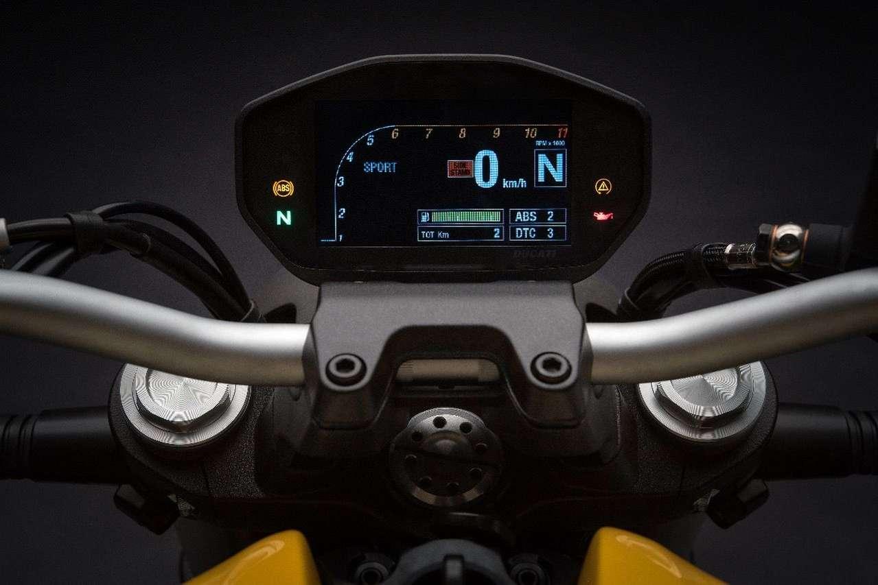 Großer Fortschritt: Das Farb-TFT-Display der neuen Monster 821 ist hübscher, besser ablesbar und mit einer Ganganzeige ausgestattet. Hier übrigens im Nacht-Modus.
