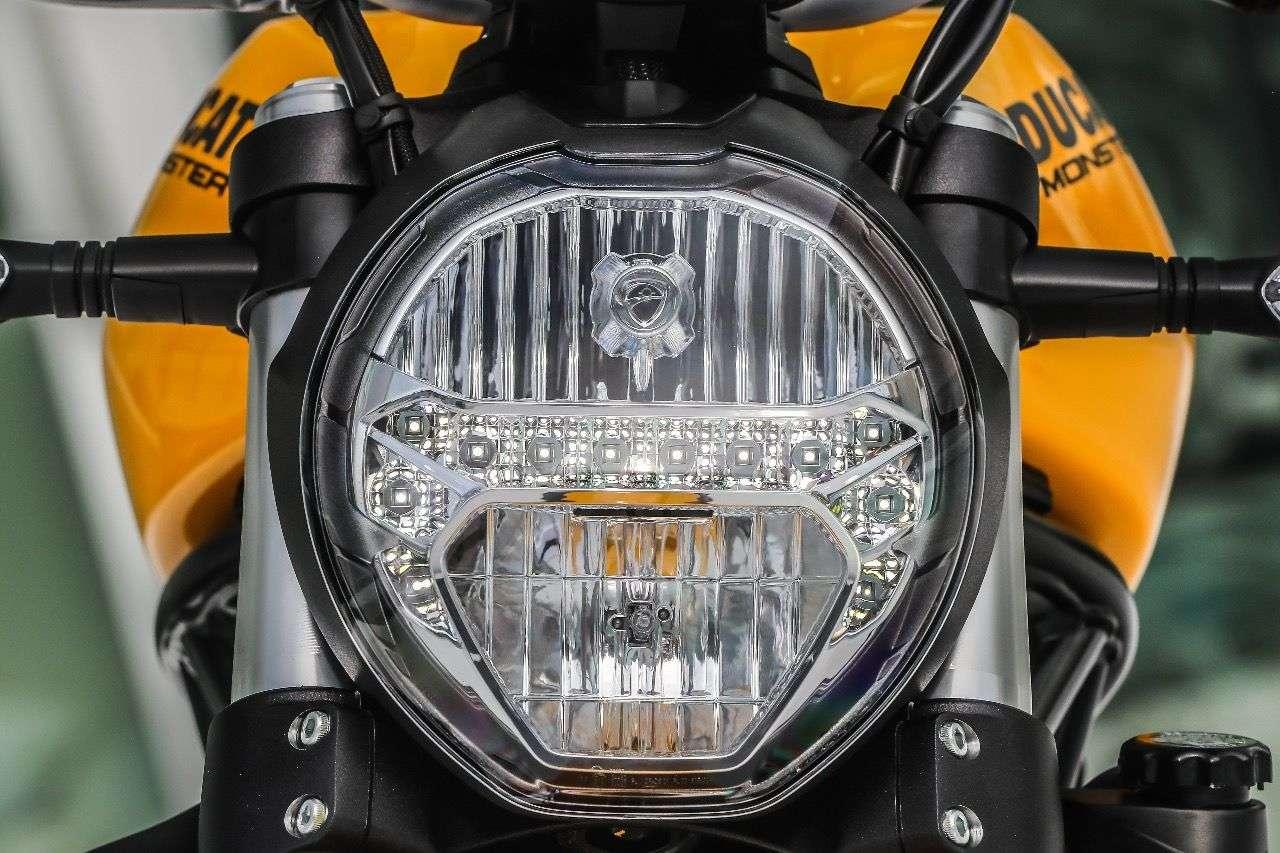 Der neue, fast kreisrunde Scheinwerfer der Monster 821 mit LED-Standlicht.