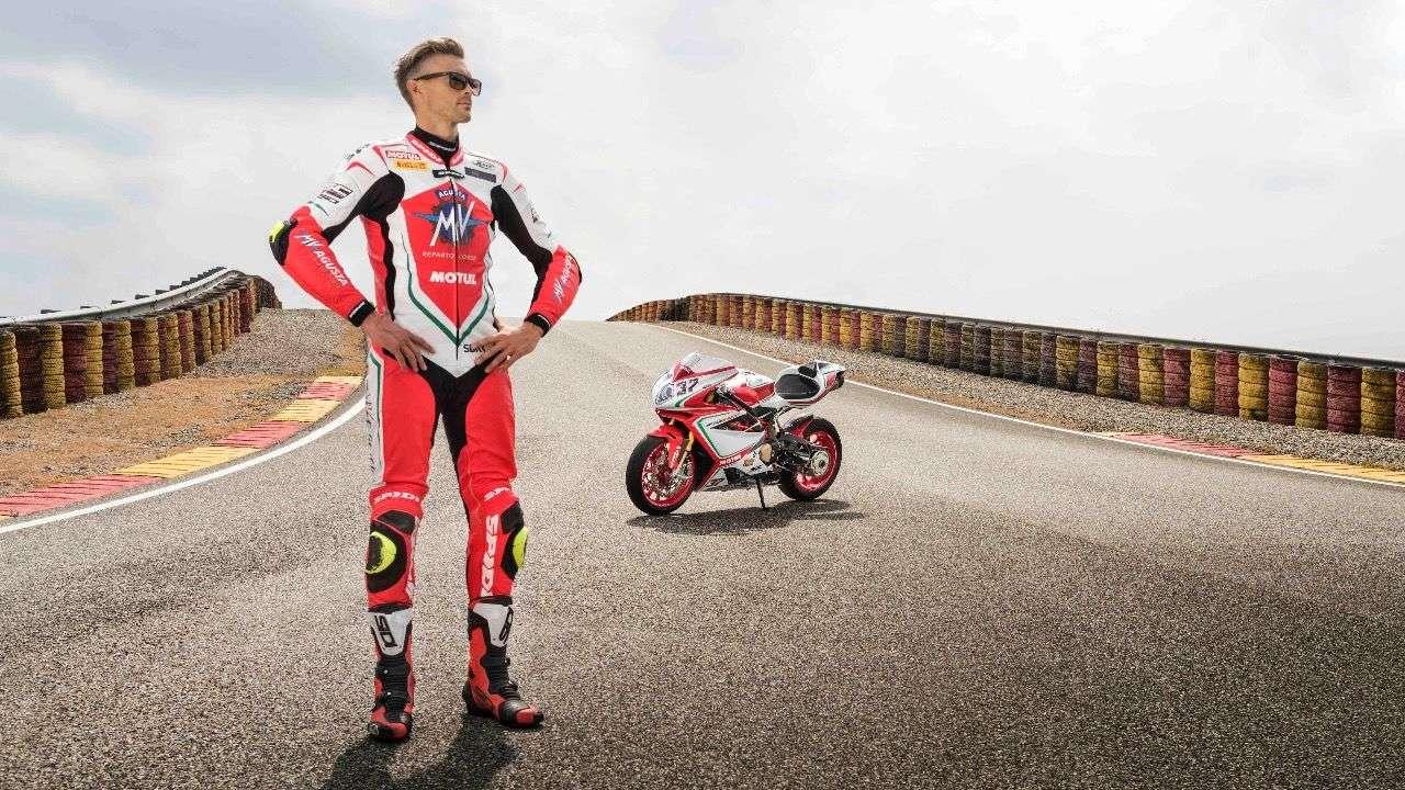 WSBK-Star Leon Camper – nächstes Jahr auf Hondas Fireblade unterwegs – mit der käuflichen Version seines Werks-Superbikes: der MV Agusta F4 RC in 2018er-Kleinauflage. Foto: Lanelli