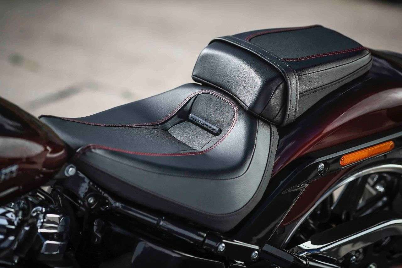 Der stark gestufte Sitz gehört zum guten Dragster-Ton und stützt den Hintern, wenn der 94-PS-Twin am Riemen zerrt. Erstaunlich ist der gute Komfort auch auf längeren Strecken.