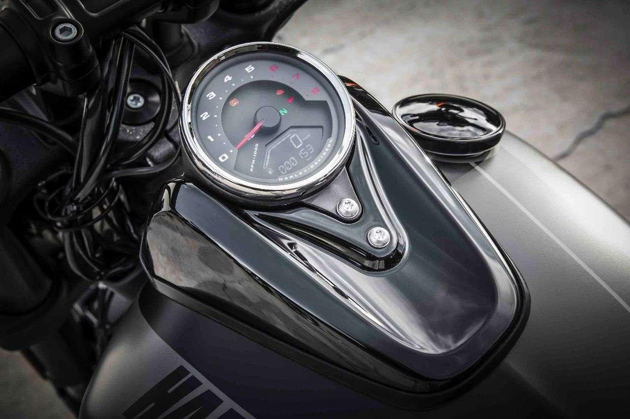 Das neue Tankinstrument der Harley Fat Bob ist in jeder Hinsicht ein großer Fortschritt: übersichtlich, fesch und mit einem anlogen Drehzahlmesser, den man gut gebrauchen kann.