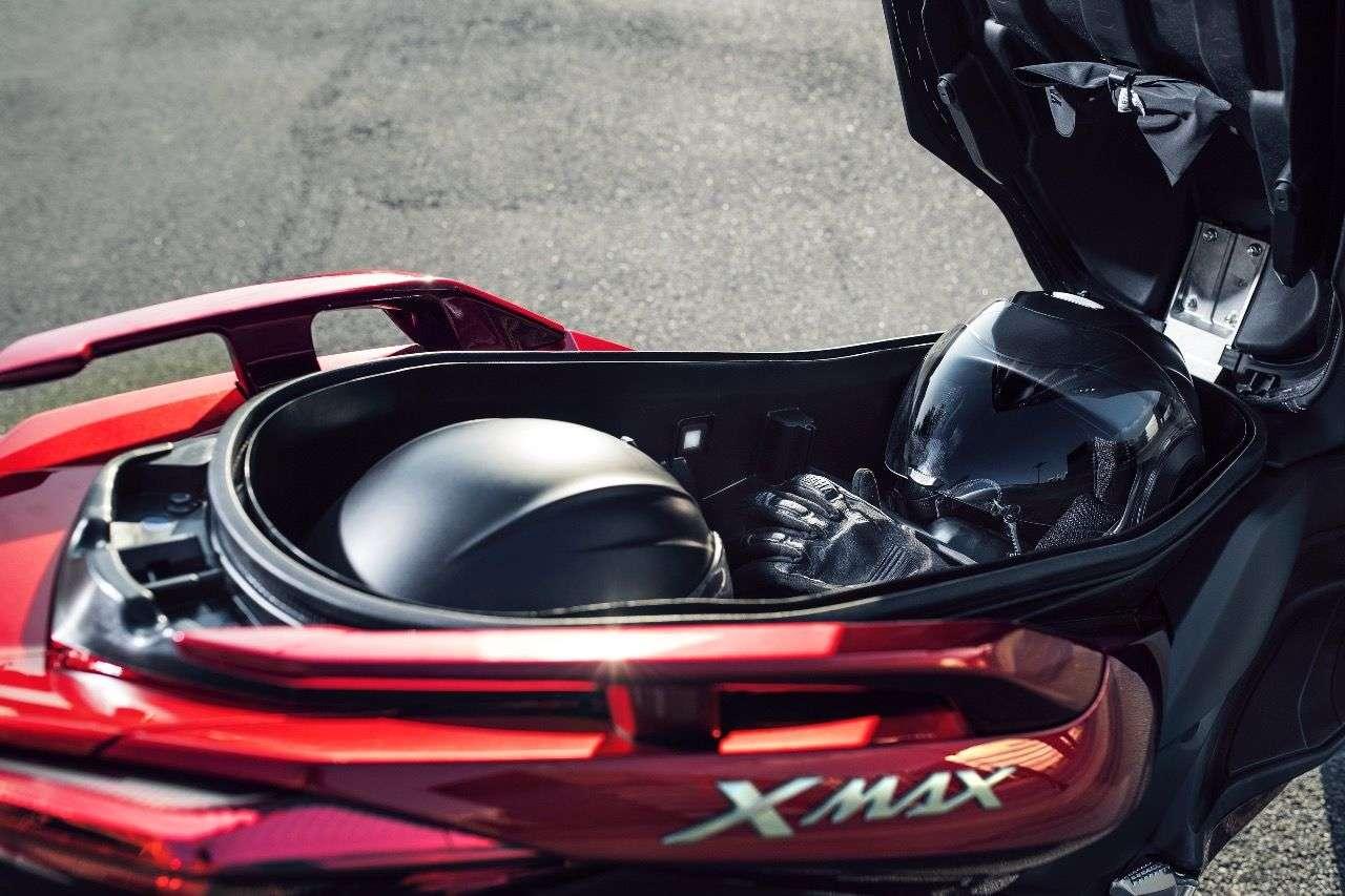 Der X-MAX 125 schluckt zwei Integralhelme im beleuchteten Stauraum: Das ist Luxus beim Laden!