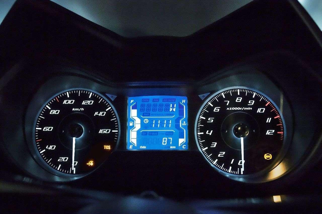 Wie bei den Großen: Der X-MAX 125 mit klar ablesbaren Analog-Instrumenten und LCD-Infoscreen in deren Mitte.