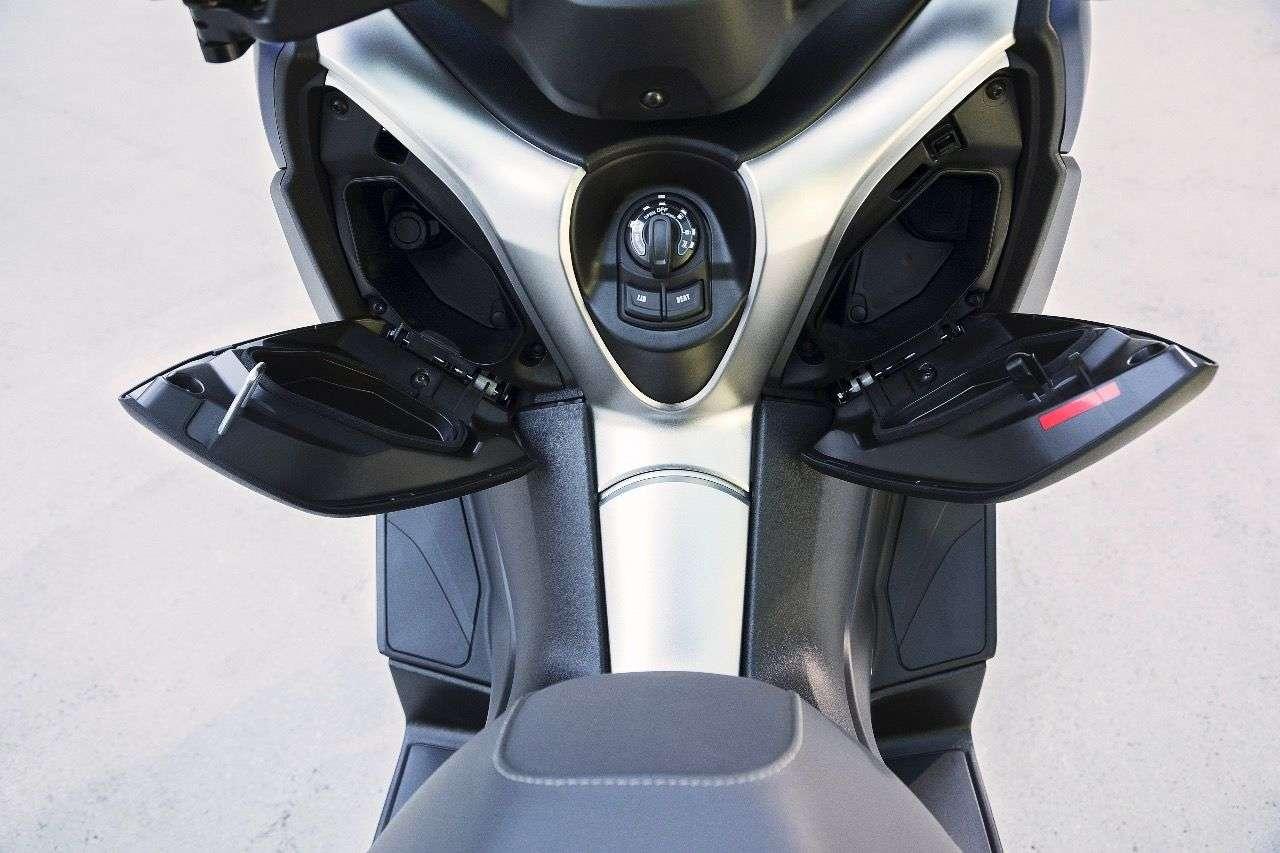Auch der X-MAX 400 bietet zwei praktische Staufächer in der Frontverkleidung; die linke verfügt über eine 12V-Steckdose fürs Smartphone-Laden.