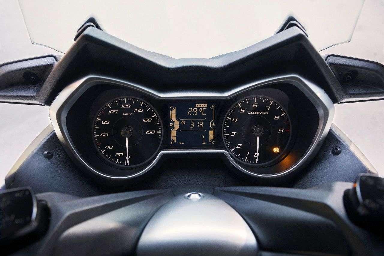 Der X-MAX 400 mit klassischen und hübschen Instrumenten, dazu einem serienmäßigen Smartkey.