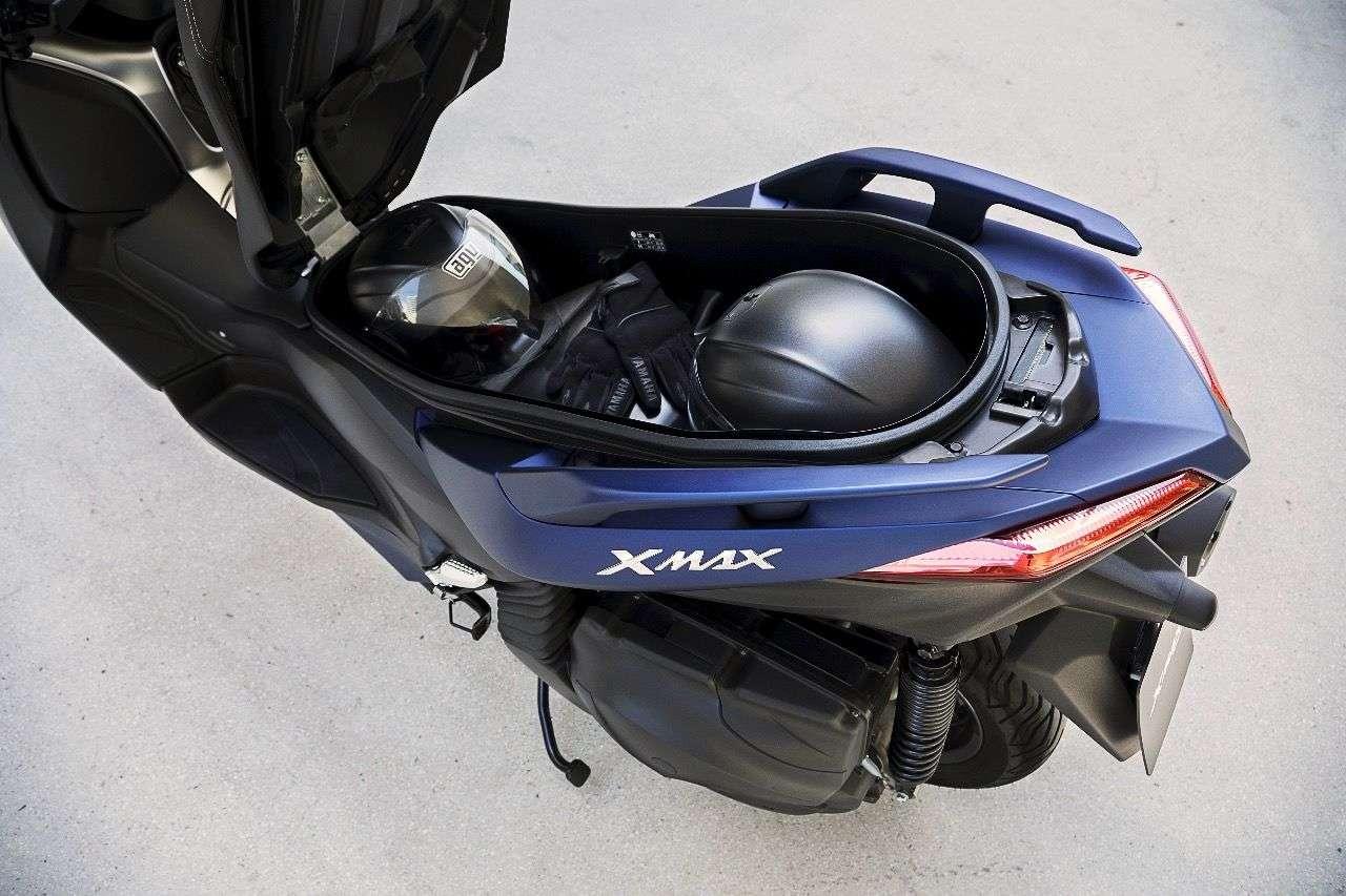 Der Stauraum des Yamaha X-MAX 400 ist über alle Zweifel erhaben: Zwei Helme plus Kleinzeugs passen locker hinein, ein LED-Licht sorgt für Freude bei Dunkelheit.