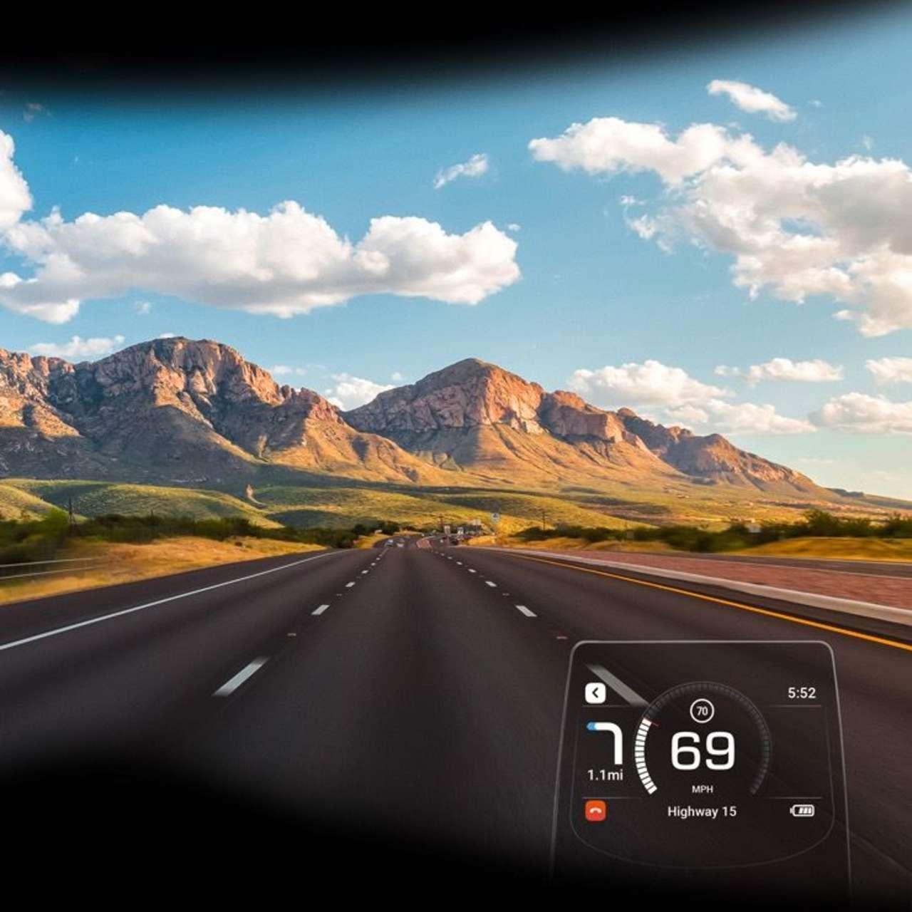 So in etwa nimmt man als Fahrer das Display war: transparent und am unteren rechten Eck. In dieser Menü-Ebene wird die Geschwindigkeit dargestellt, links davon ein Hinweis der Routenführung. Man kann aber auch in die Navi-Darstellung wechseln, dann sieht man eine Karte, in die man ein- oder auszoomen kann.