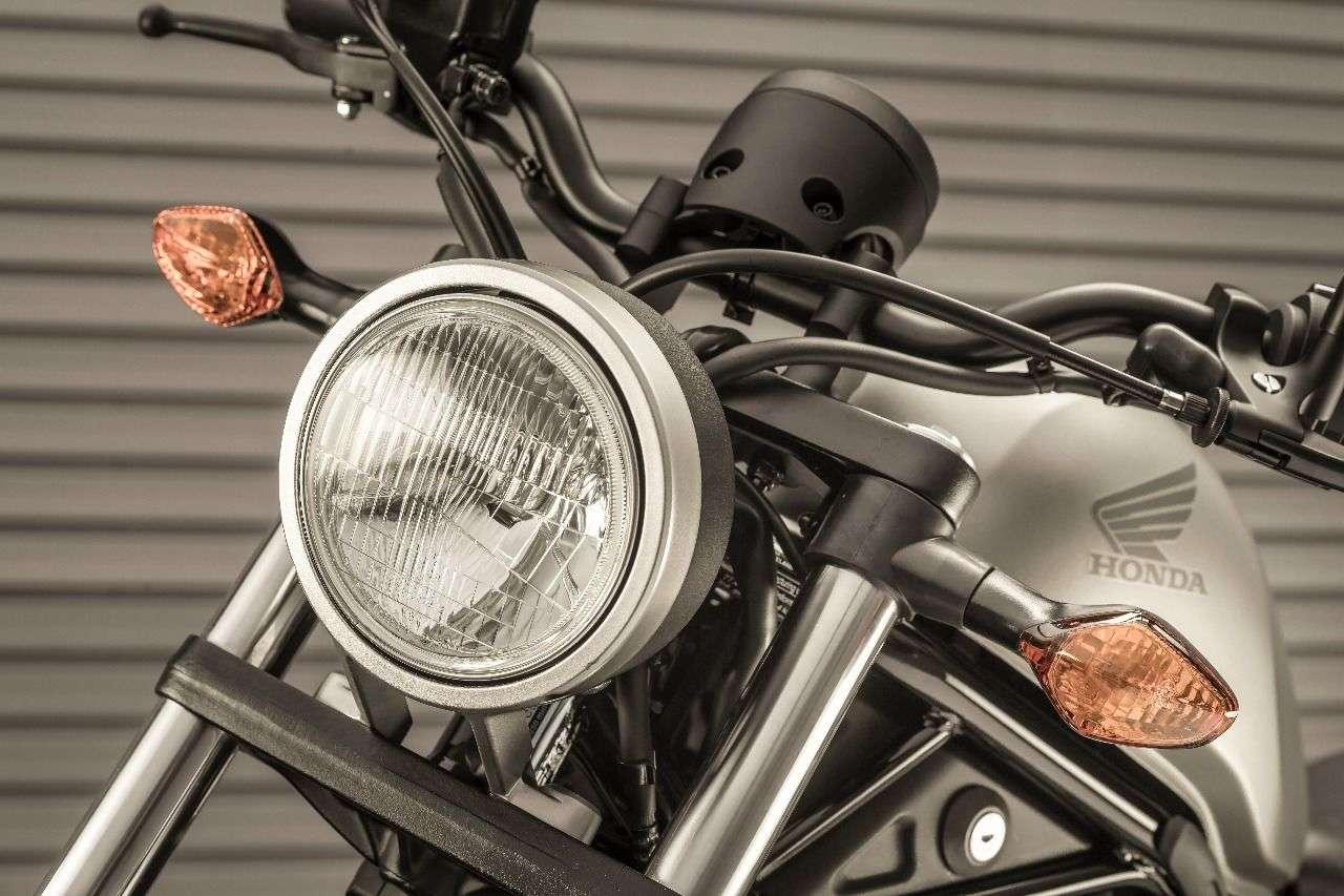 Bewusst klein gehaltener Scheinwerfer. Wir wissen gar nicht mehr, wann wir eine Streuscheibe zuletzt an einem neuen Bike gesehen haben, vielleicht eine Trendumkehr? Die klobigen Blinker wird man wohl tauschen müssen.