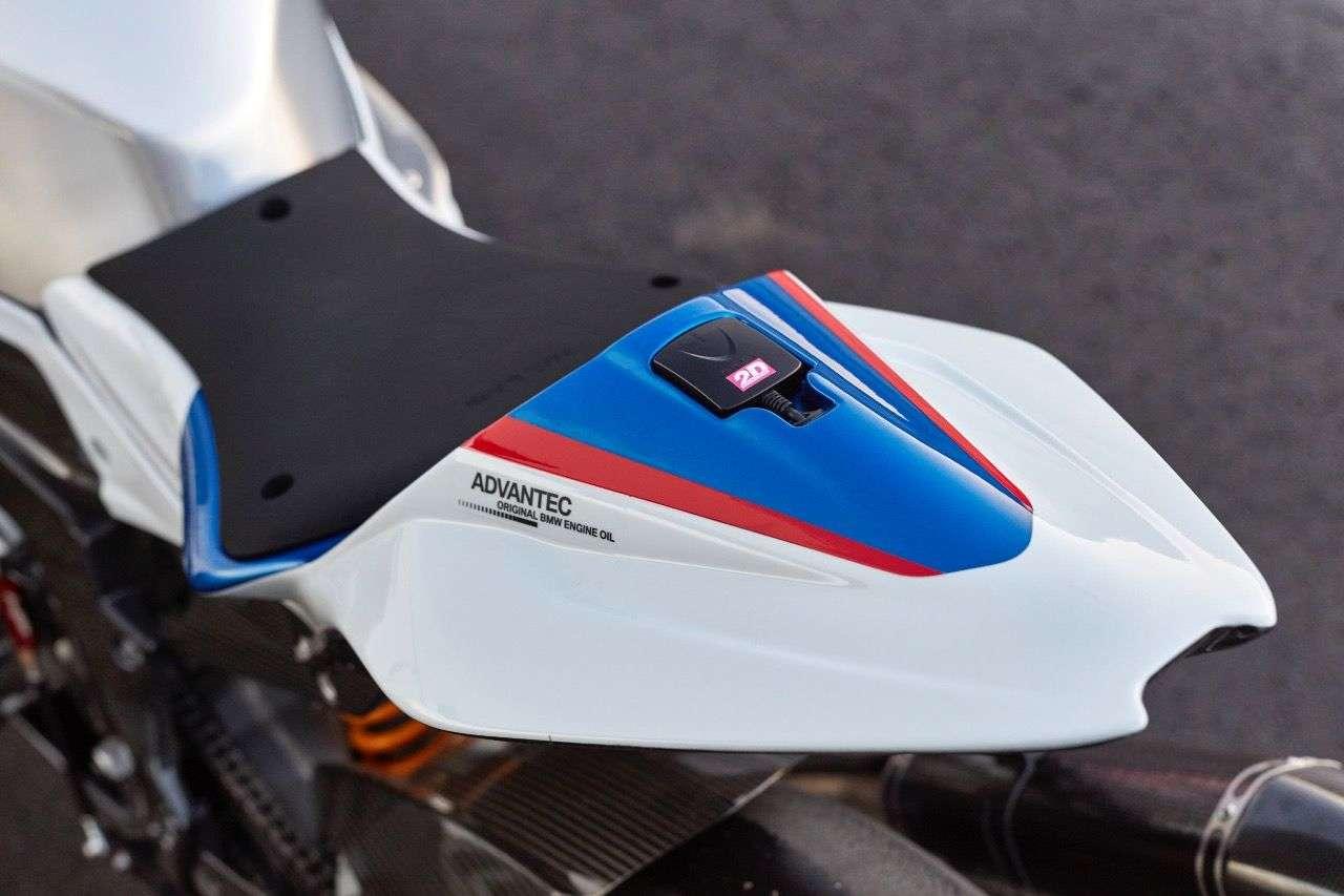 Das an vier Punkten angeschraubte Carbon-Rahmenheck der BMW HP4 Race lässt sich dreifach verstellen, die Sitzhöhe damit deutlich verändern.