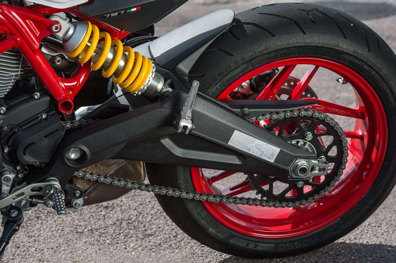 Die Ducati Monster 797 besitzt eine neu entwickelte Alu-Zweiarmschwinge, ein verstellbares Sachs-Federbein und einen dicken 180er-Hinterreifen.